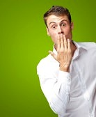 14703943-portrait-de-jeune-homme-couvrant-sa-bouche-avec-la-main-sur-fond-vert
