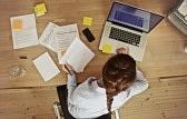 24178003-high-angle-de-vue-d-une-jeune-femme-brune-travaillant--son-bureau-avec-des-documents-et-un-ordinateu